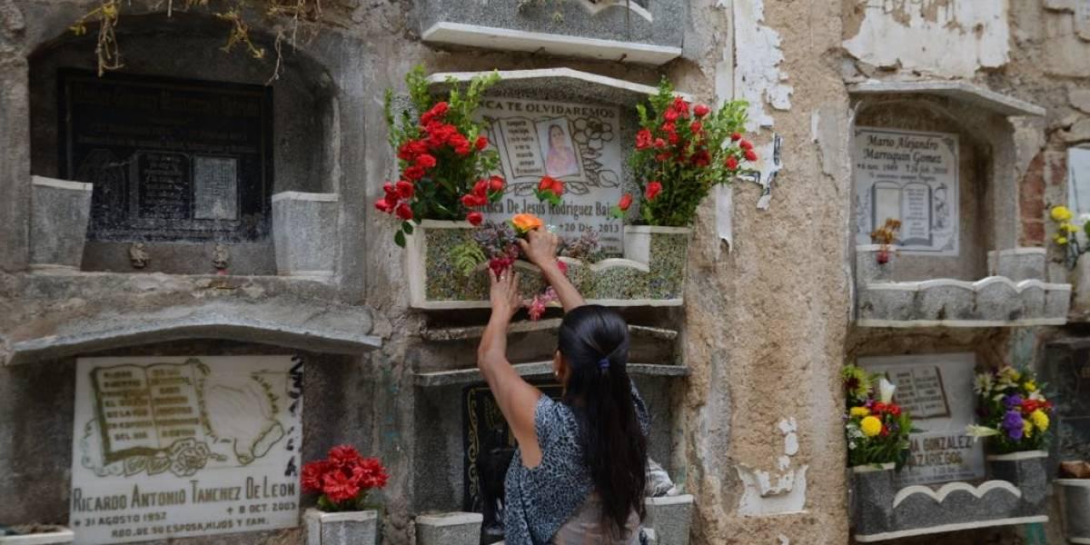 Coloridos arreglos florales se mezclan con la nostalgia al visitar el cementerio en el Día de la Madre