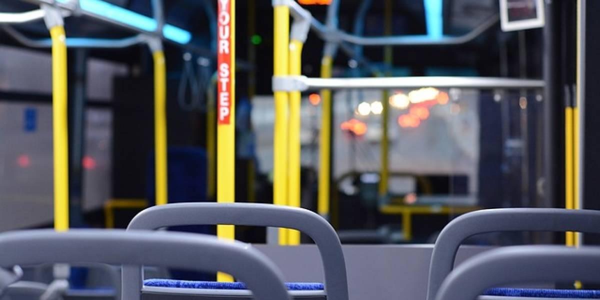 """VIDEO. """"Fantasma"""" le toca el timbre a chofer de bus cuando este pasa frente al cementerio"""