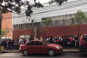 Largas filas de personas que buscan tramitar pasaportes