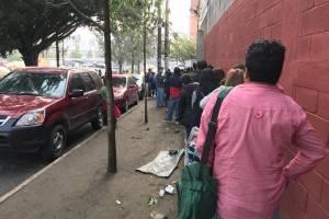 largas filas para tramitar pasaportes