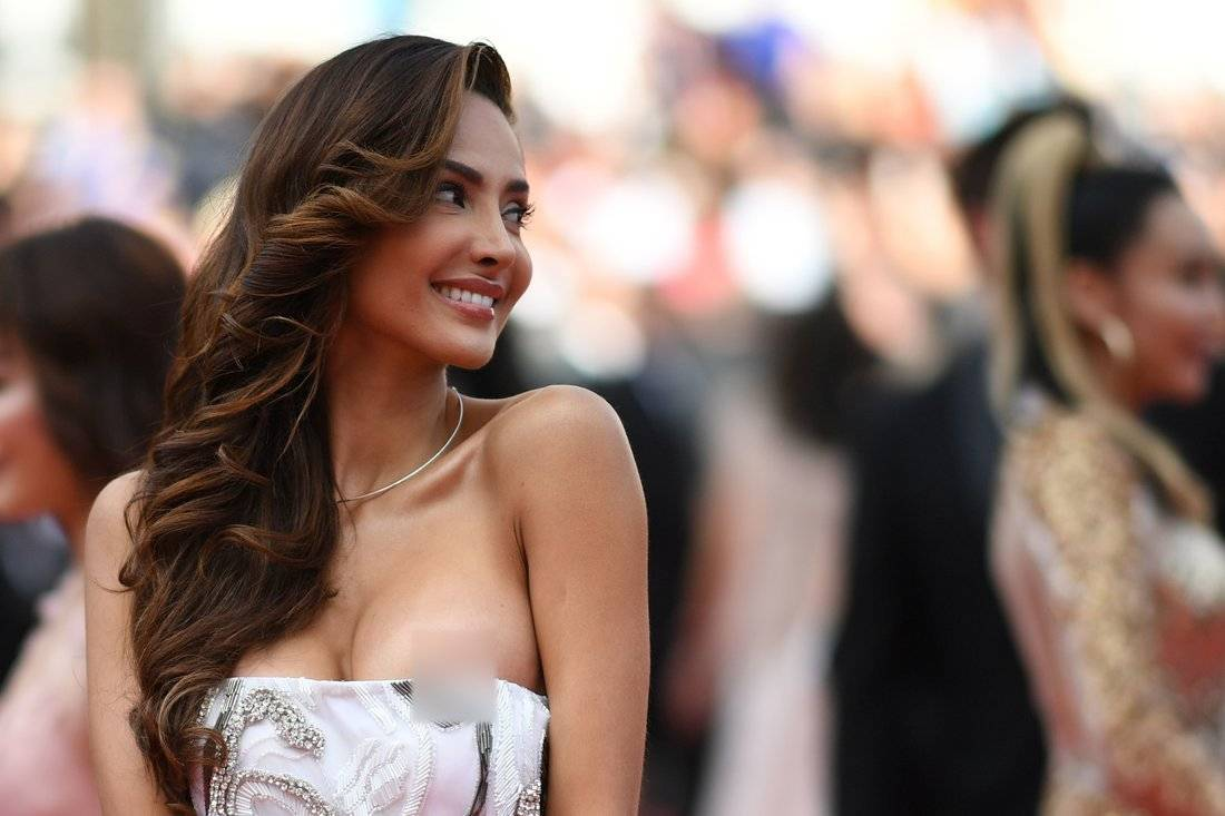 Actriz mexicana muestra seno en alfombra roja de Cannes