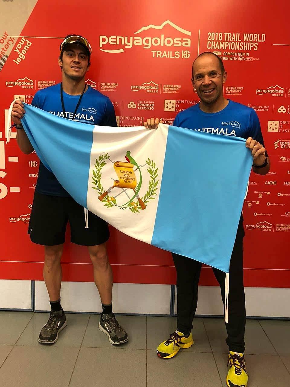 Sarmiento y Sagastume con la bandera de Guatemala