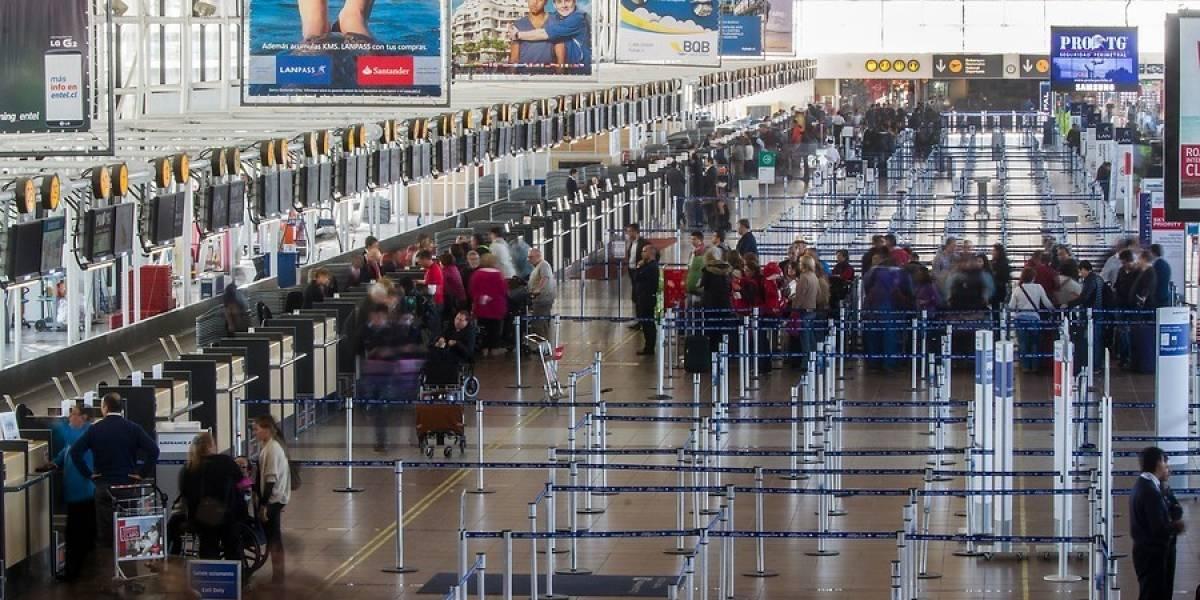 Escándalo en aeropuerto: mujer sorprende a su esposo con la amante y la pelea se convierte en viral