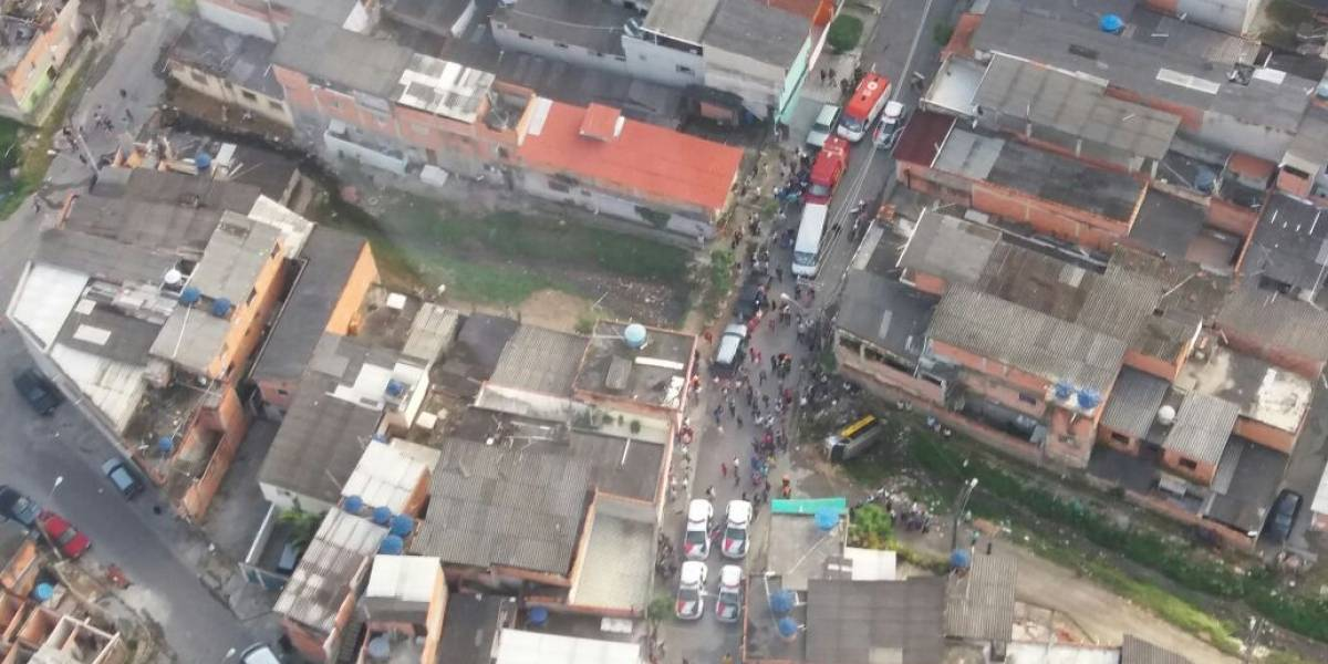 Van escolar se envolve em acidente e cai em córrego na Grande São Paulo