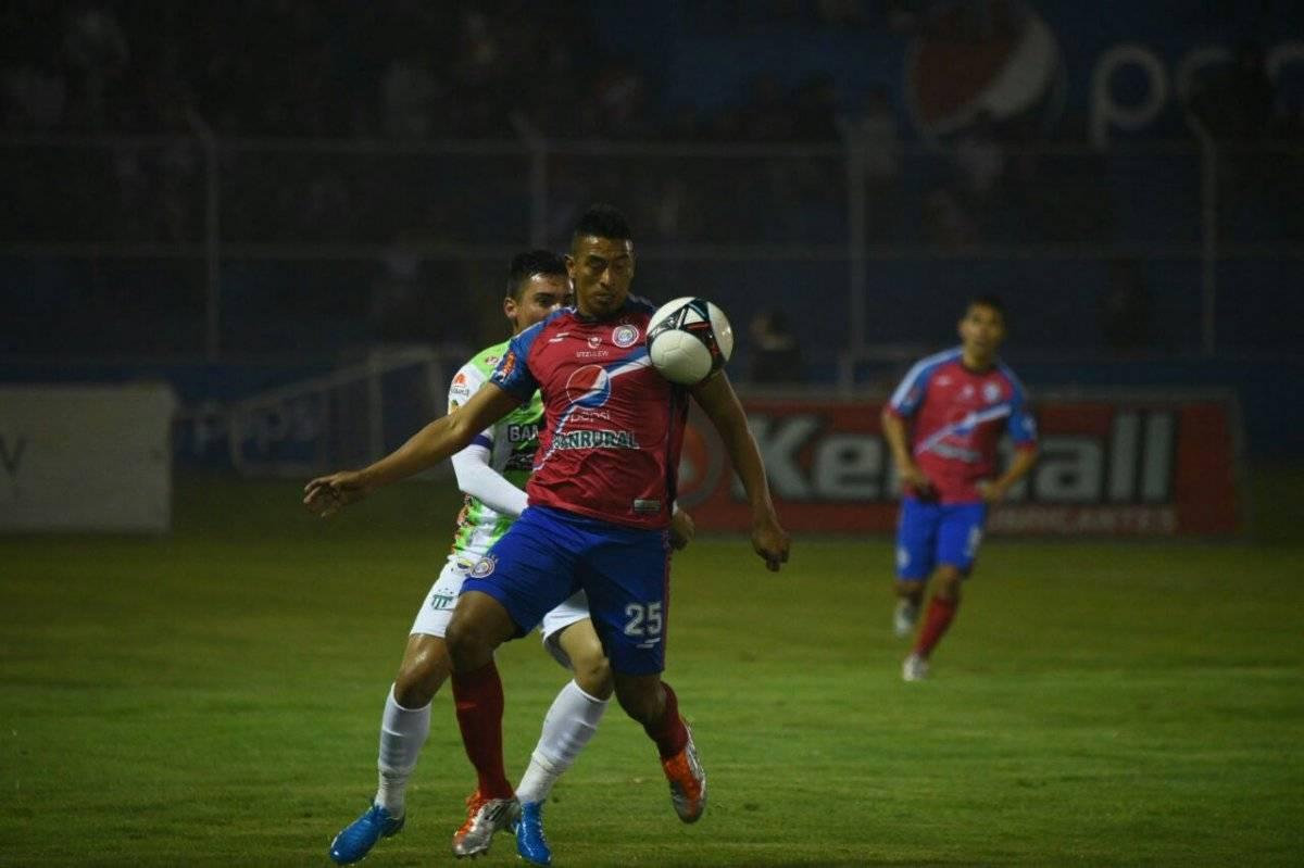 El jugador Albizures conduce la pelota ante un antigüeño