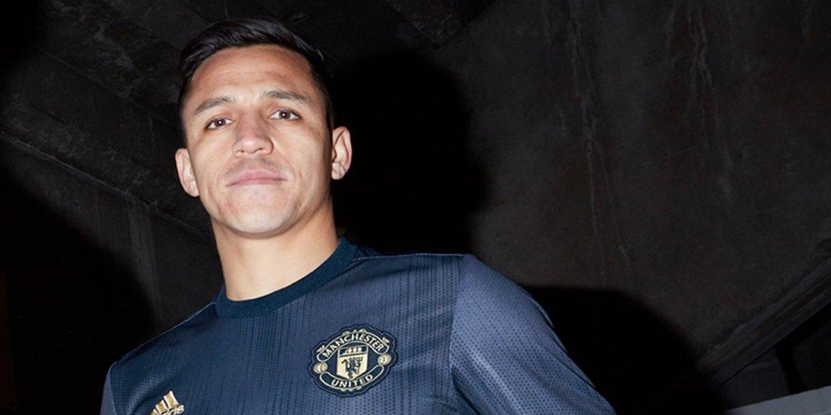 Alexis Sánchez se la juega y se viste de modelo para presentar nueva camiseta del Manchester United