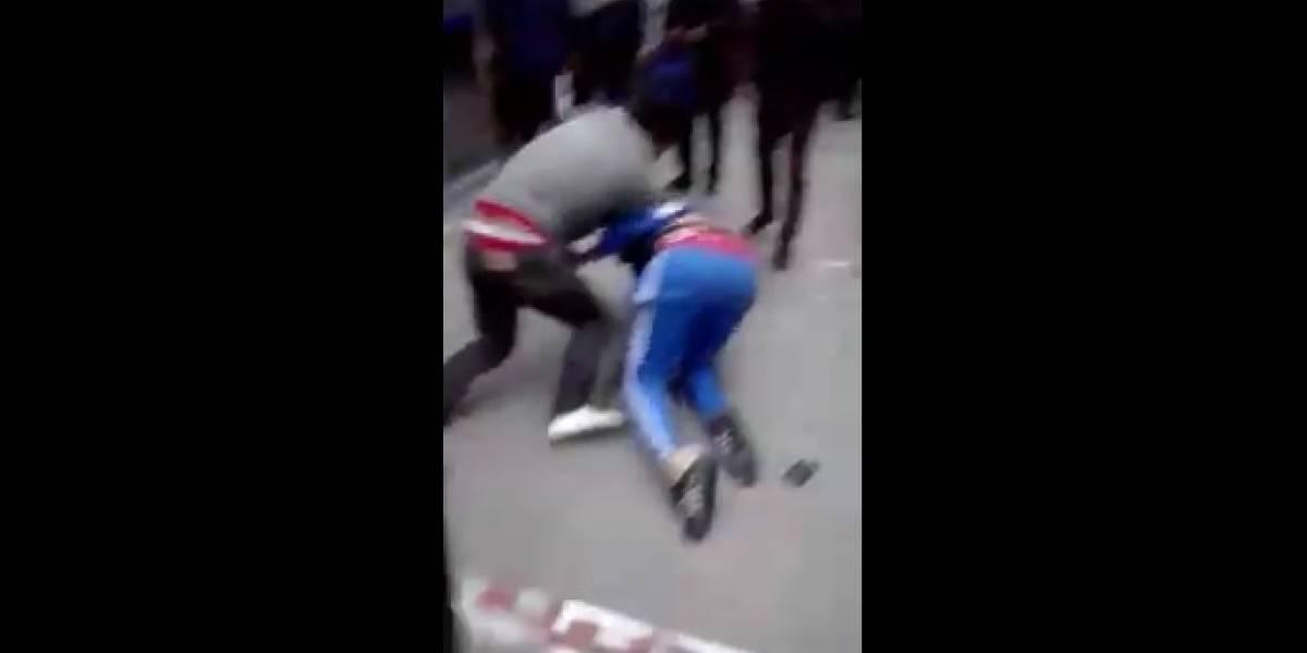 ¡A los puños! Así se pelearon dos ciudadanos en plena estación de TransMilenio