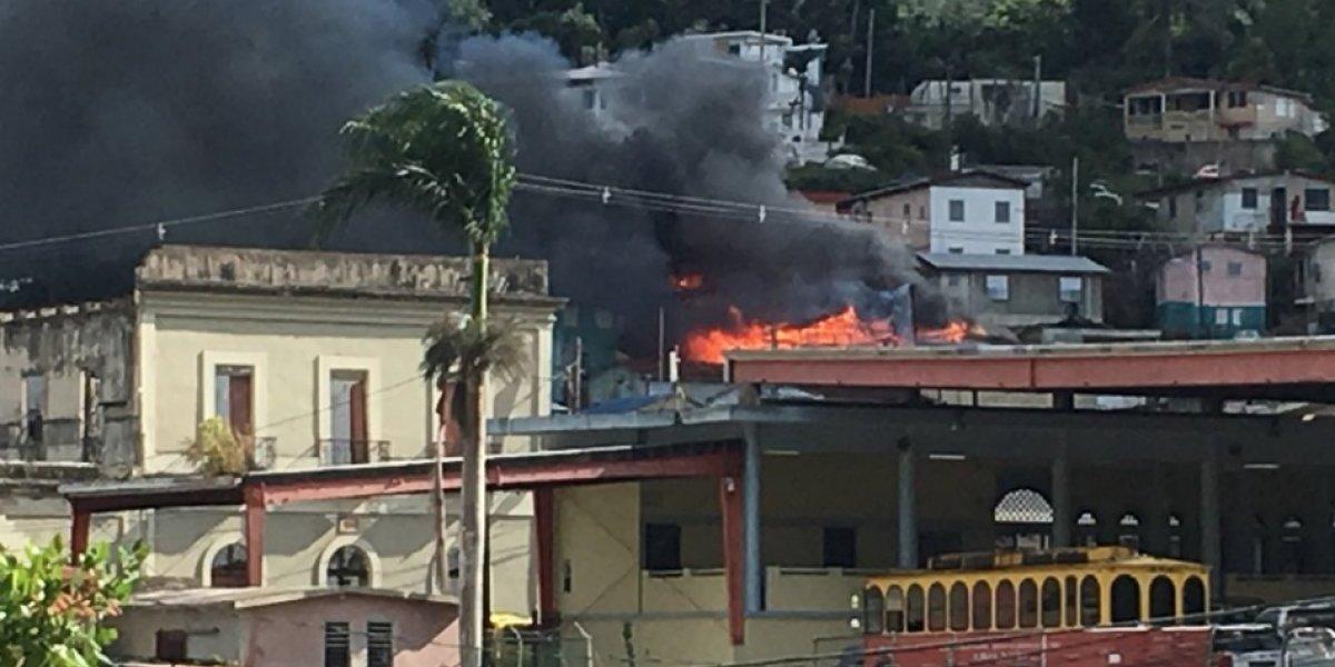 Intenso fuego afecta conocida barriada en Adjuntas