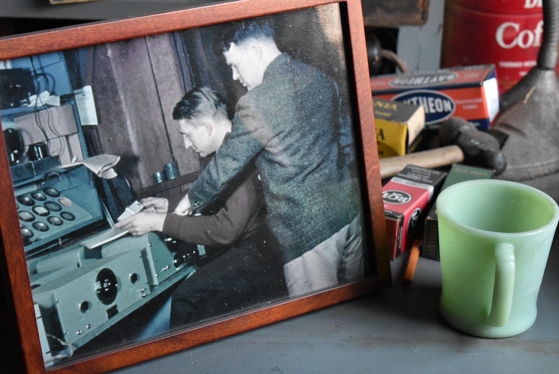 Hewlett y Packard trabajando en su taller