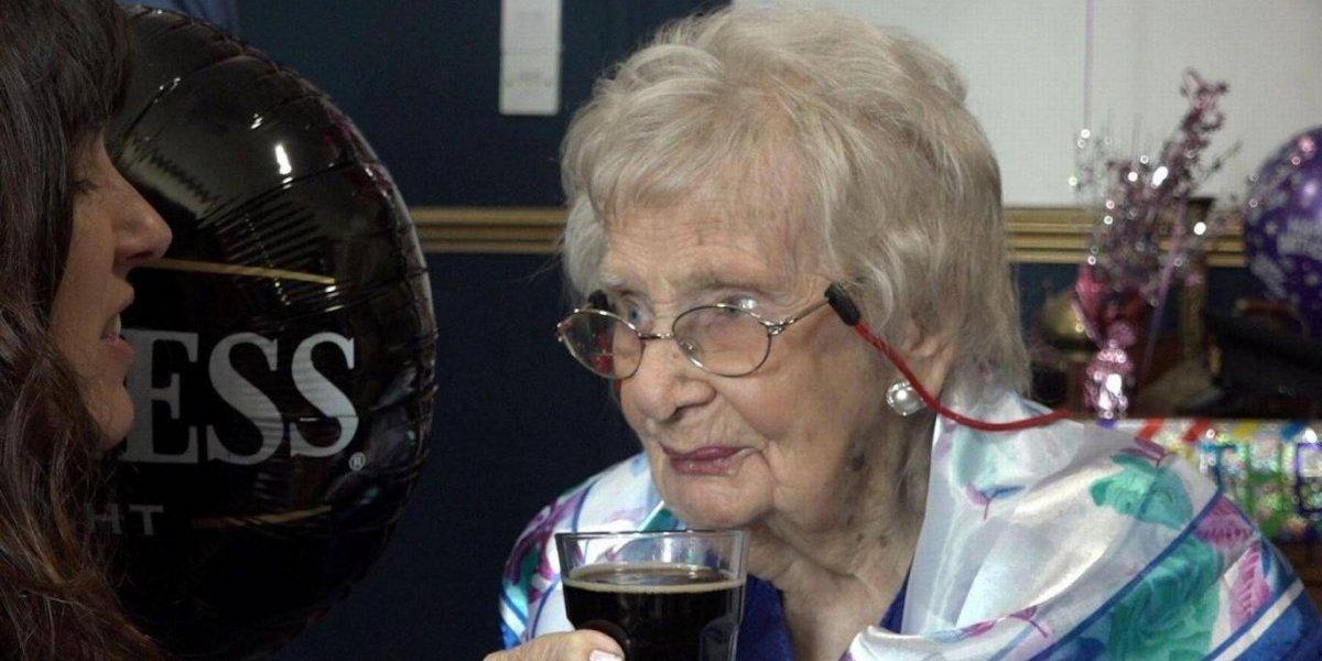 Mulher chega aos 100 anos de idade e revela o segredo da longevidade: beber cerveja