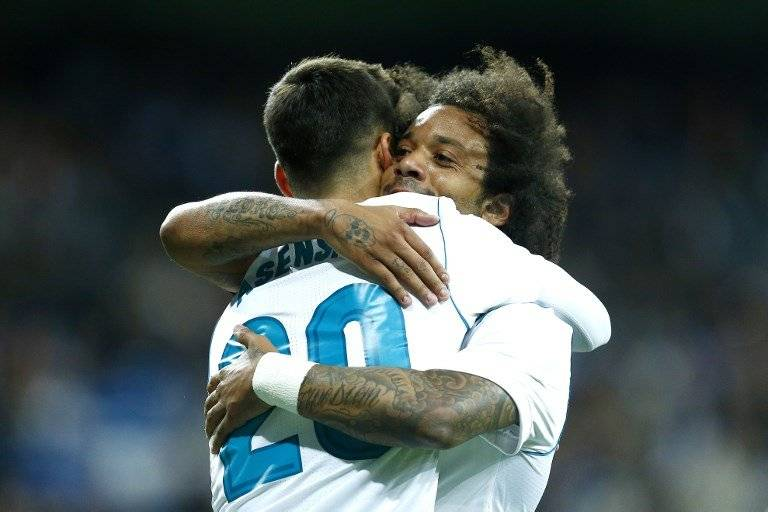 Marco Asensio y Marcelo se dan un abrazo