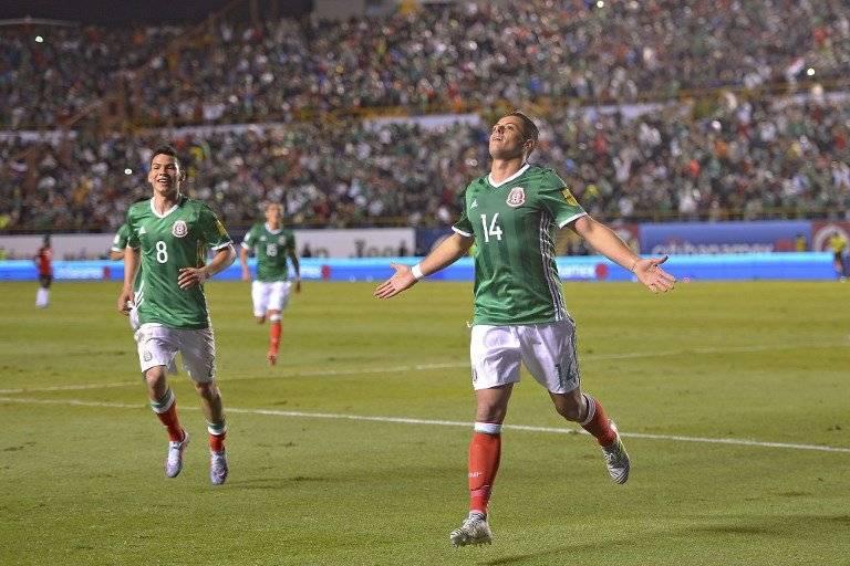Javier Hernández celebra un gol con México