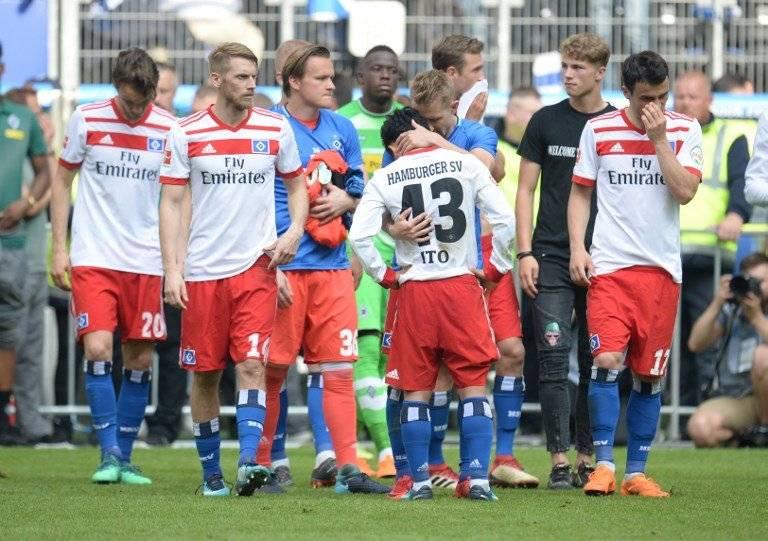 Los jugadores del Hamburgo se lamentan tras el descenso