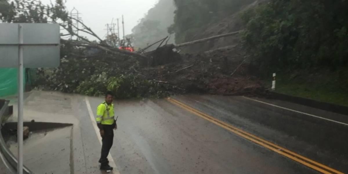 Por derrumbes, cierran antigua vía Bogotá - Villavicencio