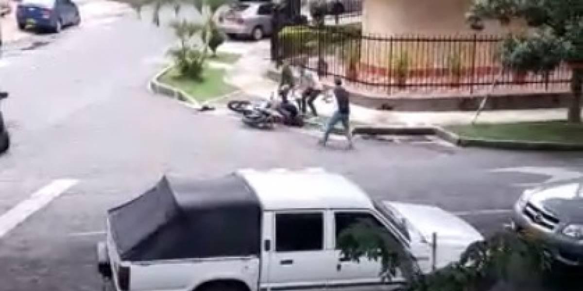 Video: Ladrón clama por la Policía mientras las víctimas le dan tremenda golpiza