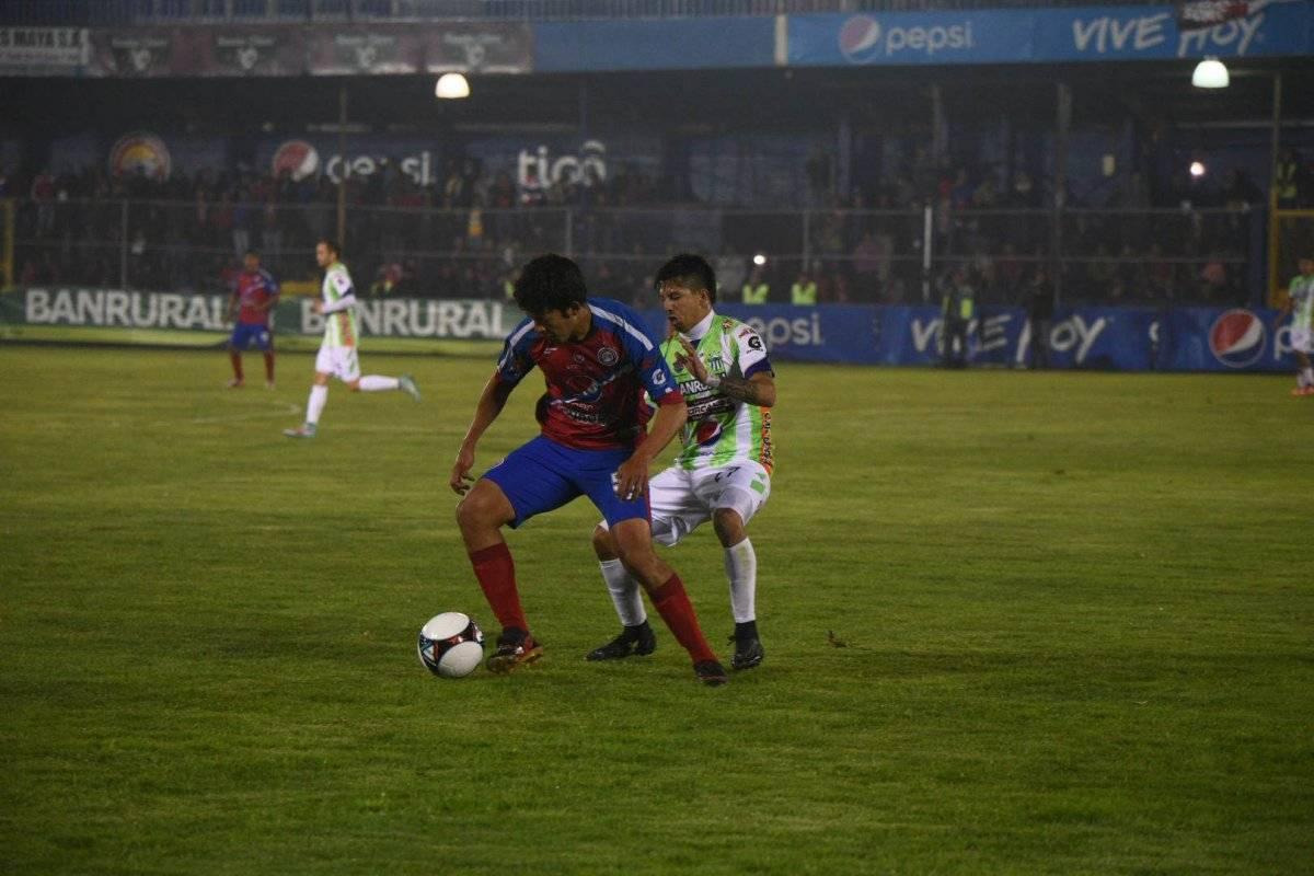 Héctor Moreira protege el balón ante Alejandro Díaz