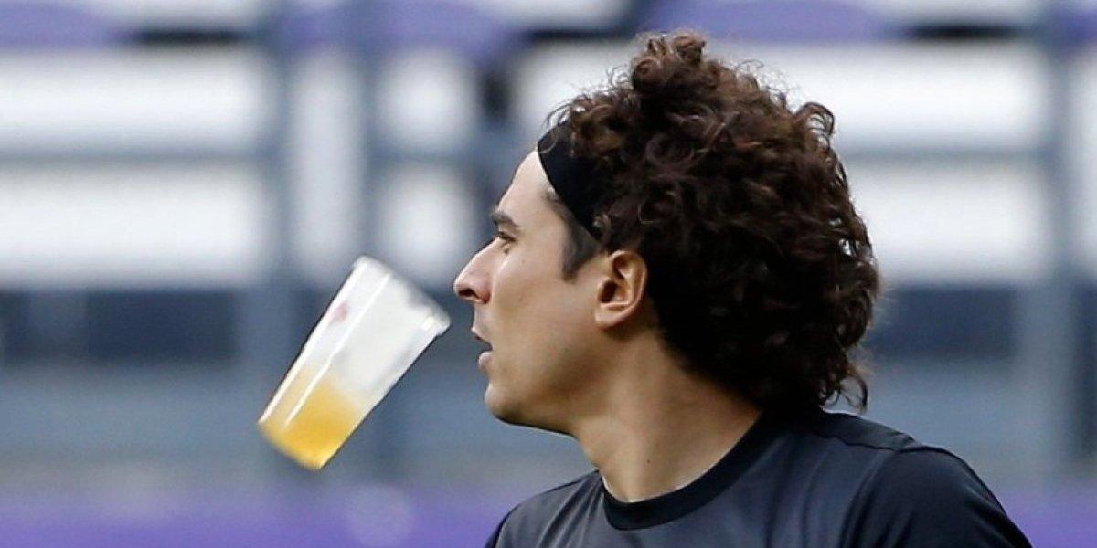Le llueven cervezas a Guillermo Ochoa en Bélgica
