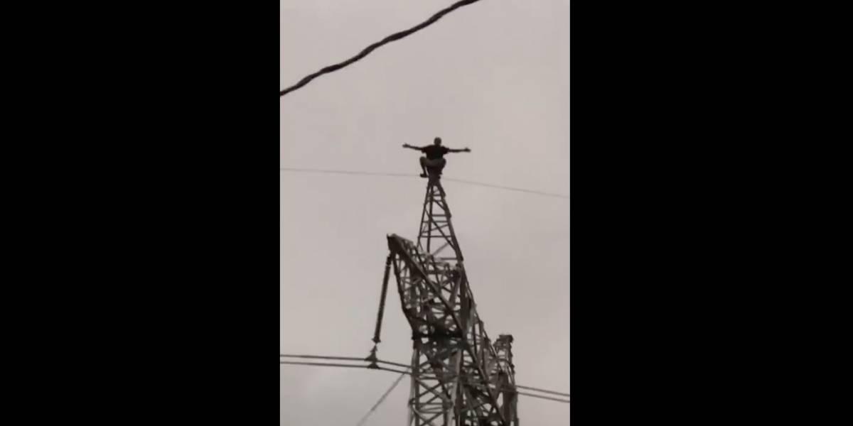 Hombre sube a una torre de alta tensión y amenaza con suicidarse