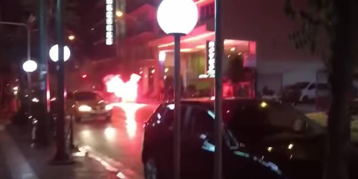 VIDEO: Prenden fuego a camioneta con personas adentro previo a un partido