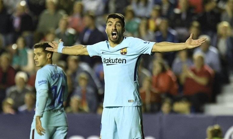 Luis Suárez protesta una decisión del árbitro