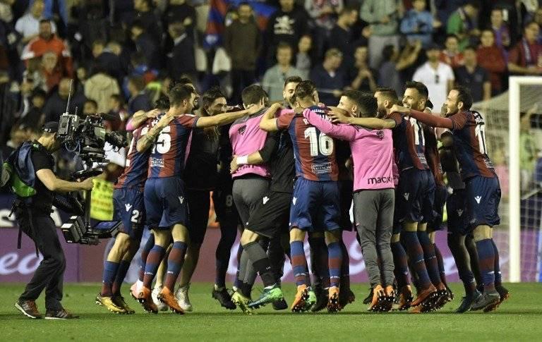 Los jugadores del Levante celebraron a lo grande su histórico triunfo