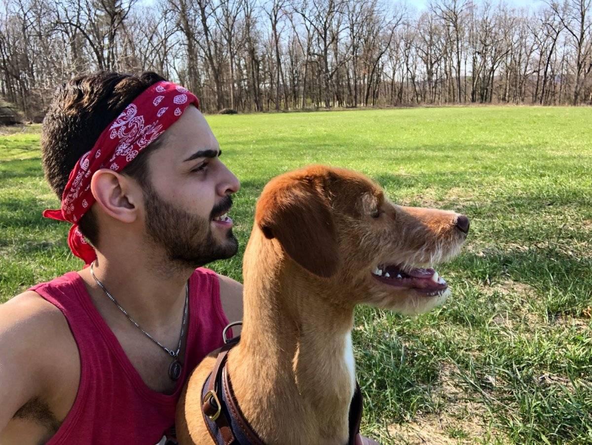 Manuel trabaja en la plataforma AccuWeather en Pensilvania. Lo acompaña su perrito Óscar.
