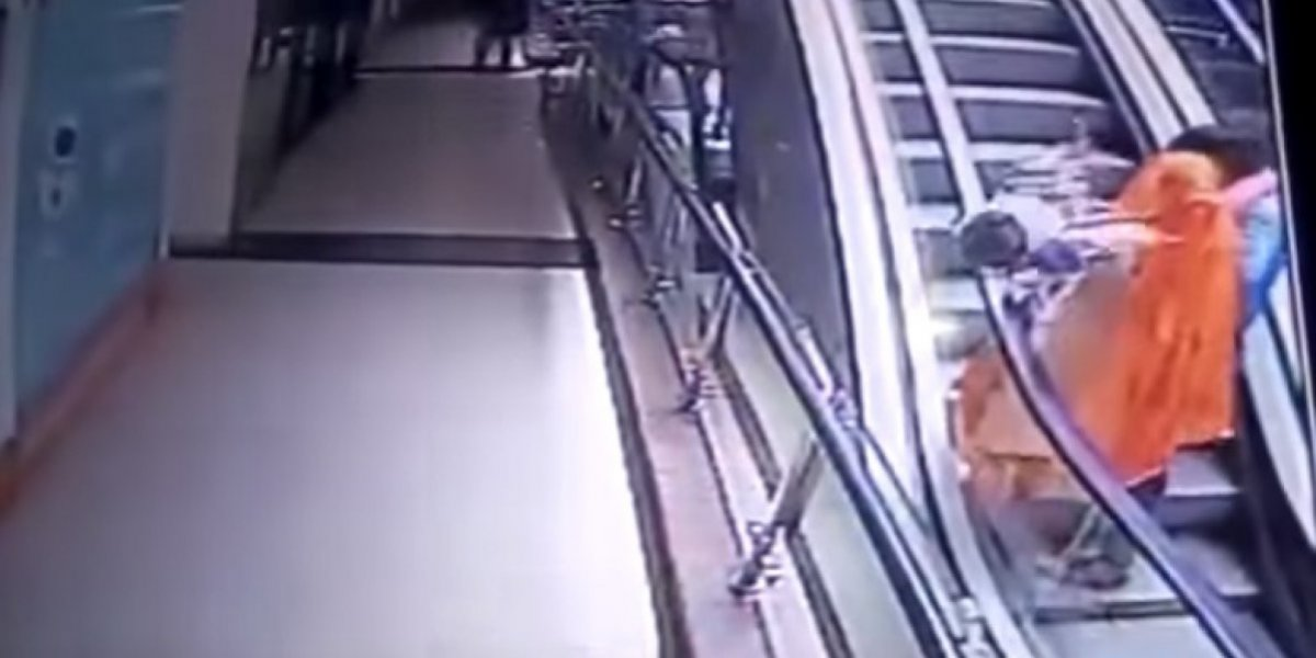 Video: Mujer deja caer a su bebe en una escalera mecánica por tomarse una selfie