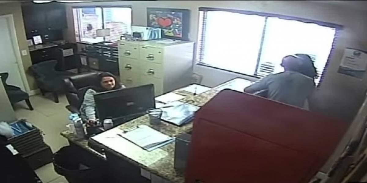 VIDEO. Policía golpea a su hija en la cara, le pega con un cinturón y le jala el cabello