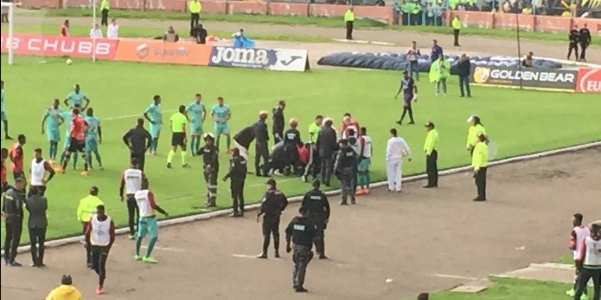 Juez de línea sufrió desmayo mientras se jugaba el partido Deportivo Cuenca vs. Barcelona SC