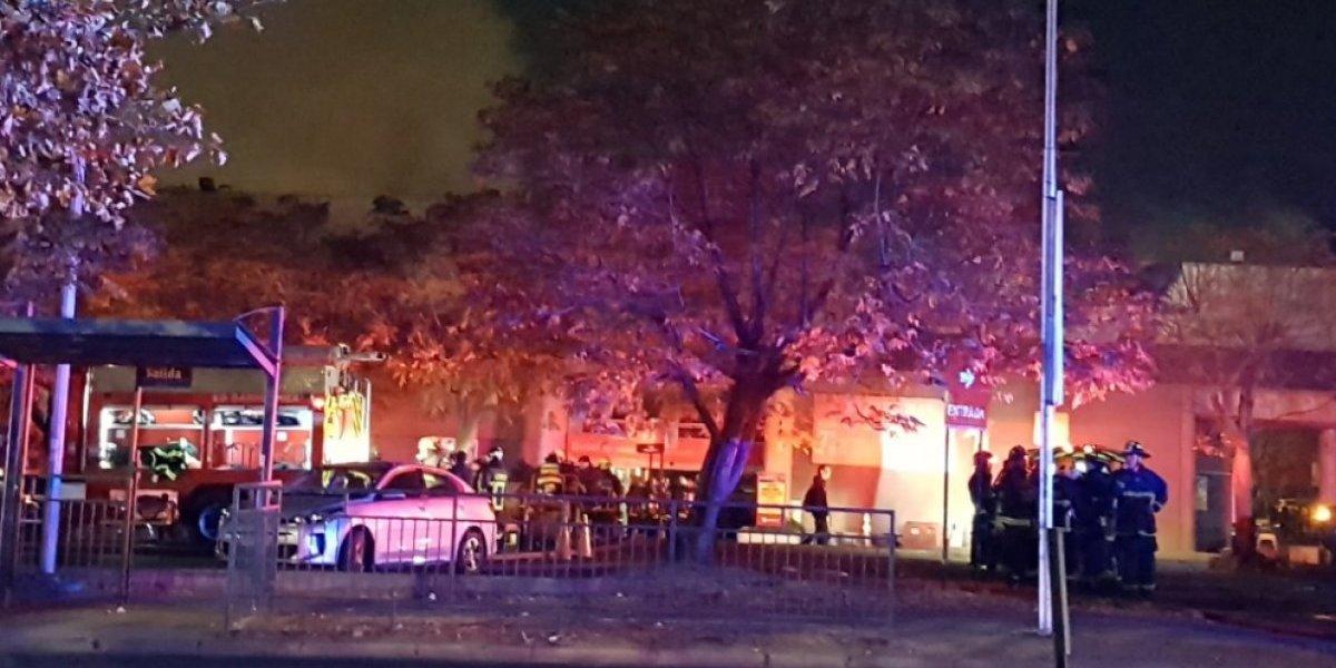 Voraz incendio en supermercado de Vitacura obliga a evacuar a los clientes: 10 compañías de bomberos trabajan en el lugar