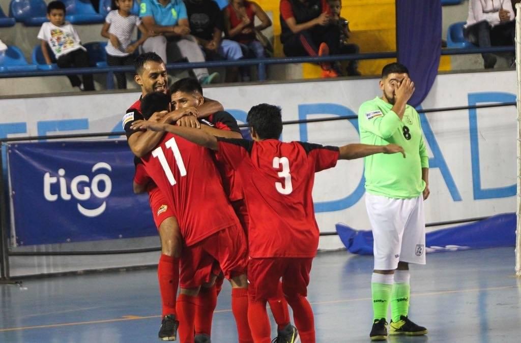 Los jugadores de Glucosoral celebran uno de sus goles en la final
