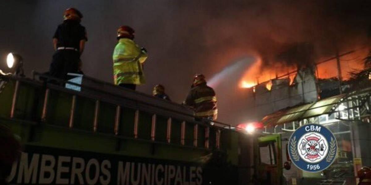 URGENTE: Incendio declarado en centro comercial de calzada Roosevelt