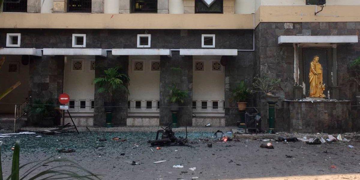 Una familia completa, incluyendo dos niñas, llevó a cabo tres ataques suicidas en iglesias cristianas en Indonesia dejando al menos 13 muertos