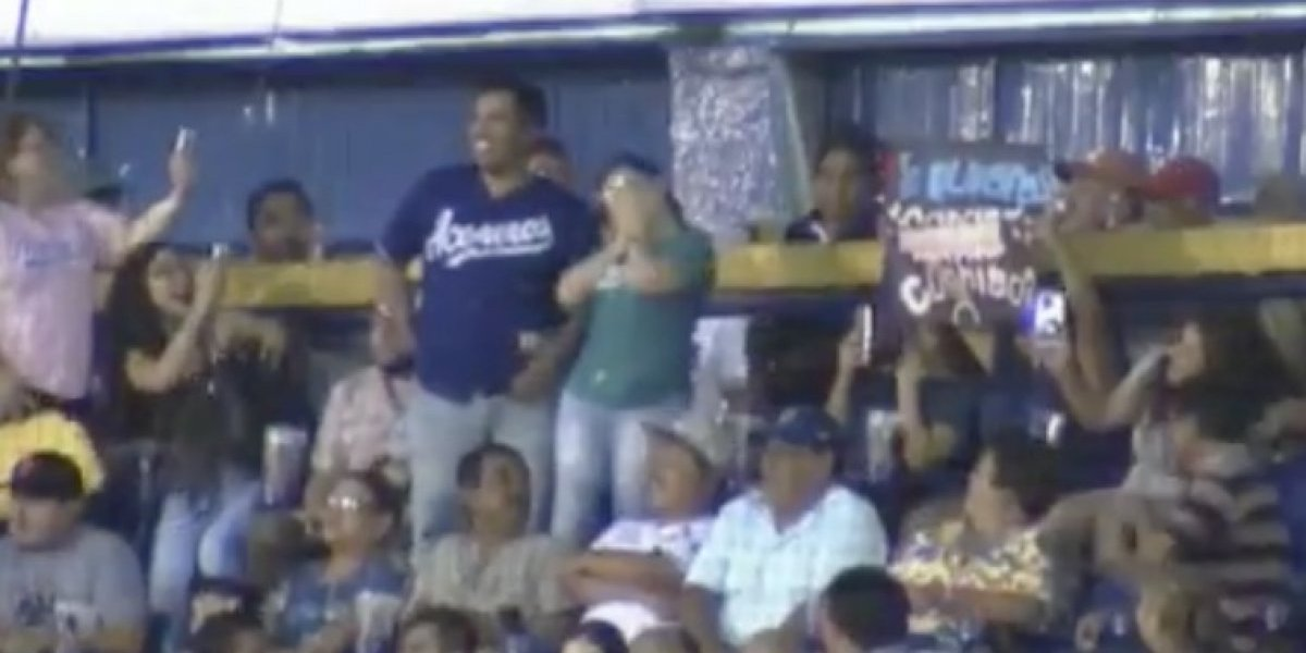 VIDEO: Pide matrimonio en pleno partido de beisbol