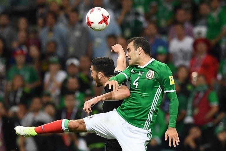 Rafael Márquez cabecea el balón durante un encuentro