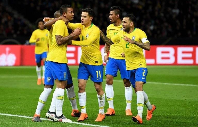 Los jugadores brasileños festejan un gol en un amistoso