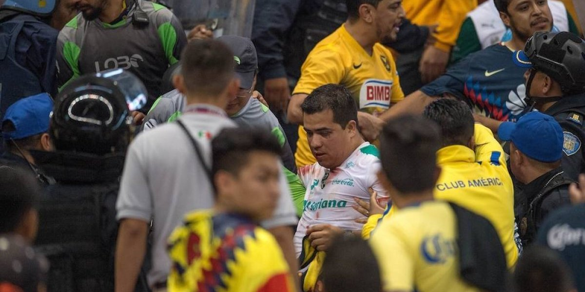 VIDEO: Aficionados del América golpean a los del Santos en tribunas del Azteca