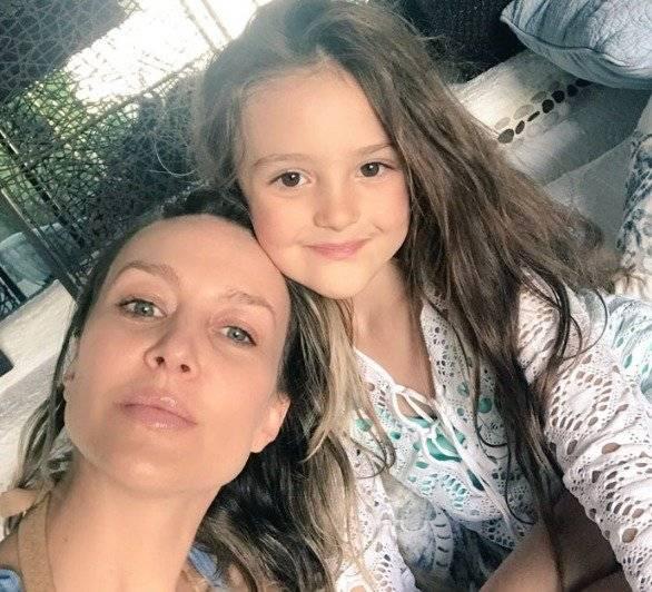 Fey y su pequeña hija Internet