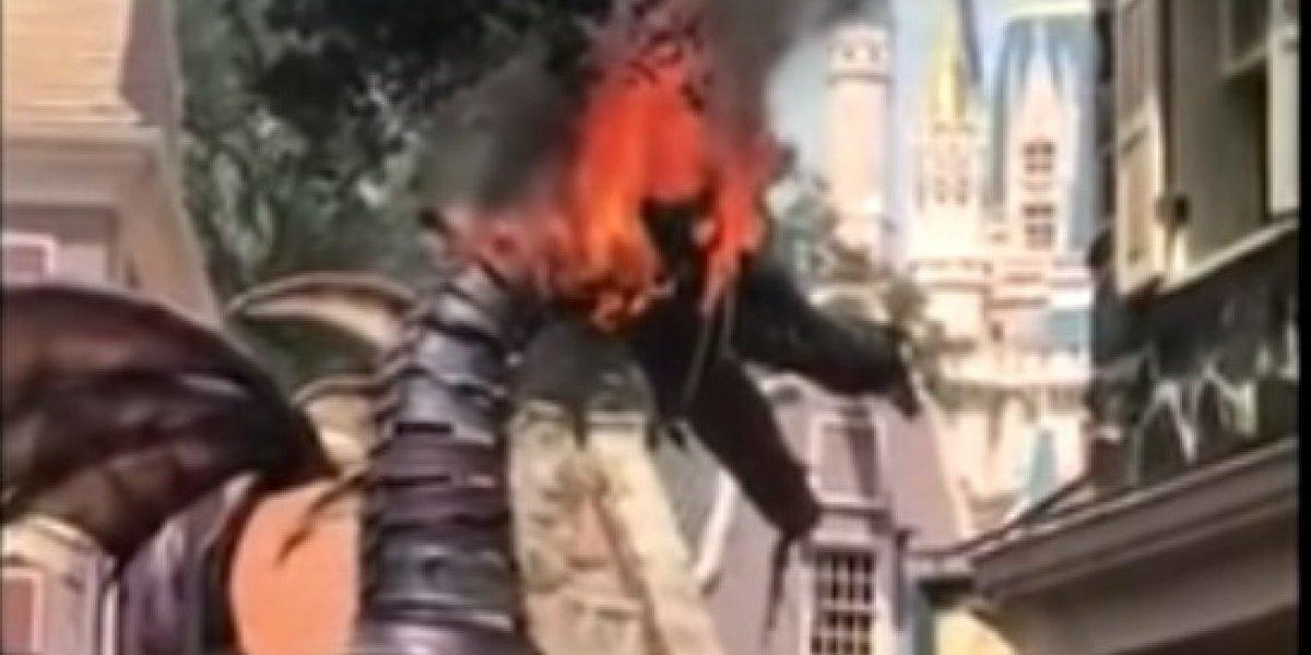 Cabeza de dragón se incendia en desfile en Disney World