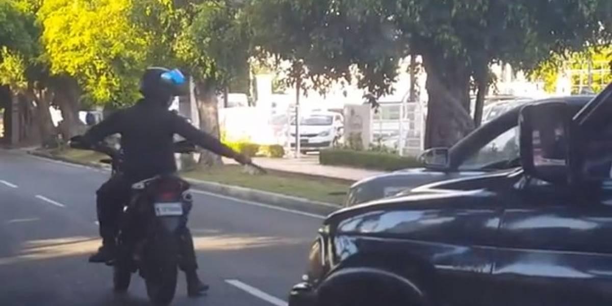 Buscan hombre que aparece en vídeo disparando a neumático de un vehículo