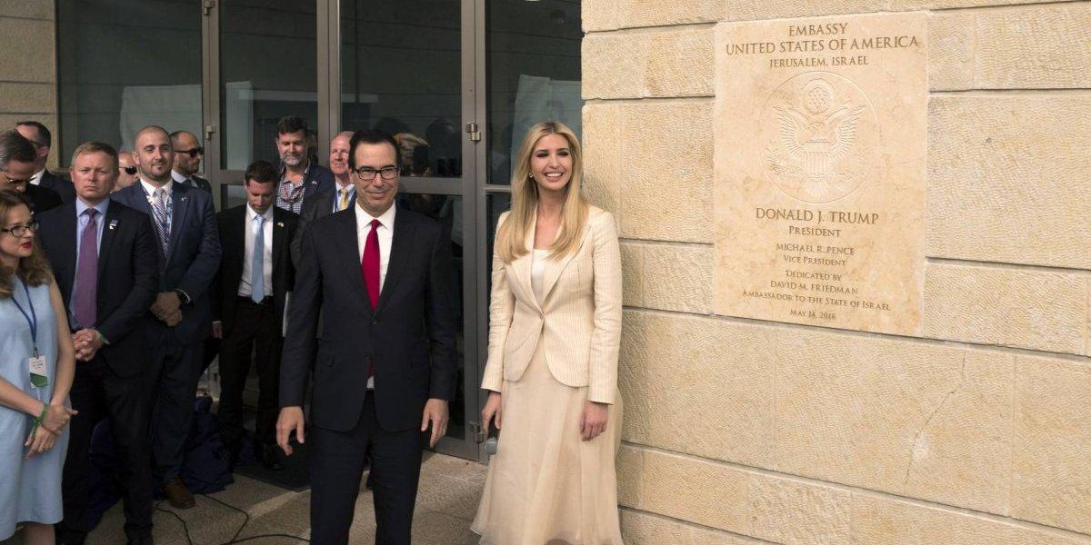 """Embajada de EEUU abre en un día """"simbólico"""" y más violento en años"""