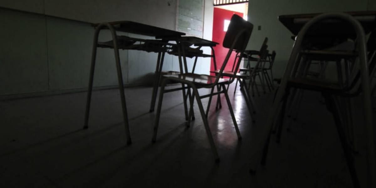 Profesora malvada se gana el odio de las redes sociales: le corre la silla a alumna de Kinder que se iba a sentar y le provoca brutal caída
