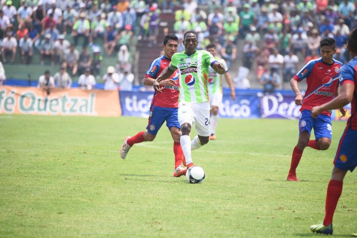 Peña conduce el esférico ante la presencia de Juan Carlos Silva