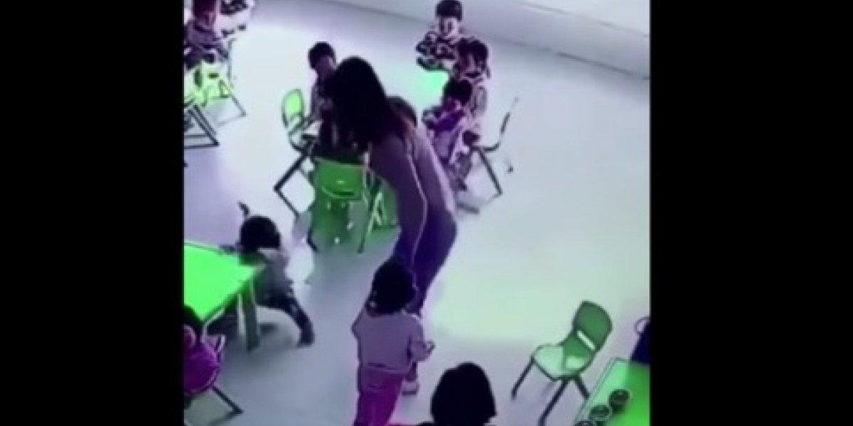 Maestra que retira violentamente silla a una niña se vuelve viral
