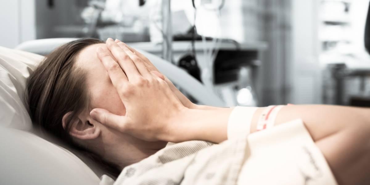"""""""Lloraba y gritaba a pleno pulmón"""": Le hicieron una cesárea sin anestesia y no paran hasta el desmayo"""