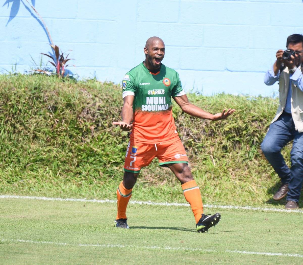 Verny Scott festeja un gol con Siquinalá