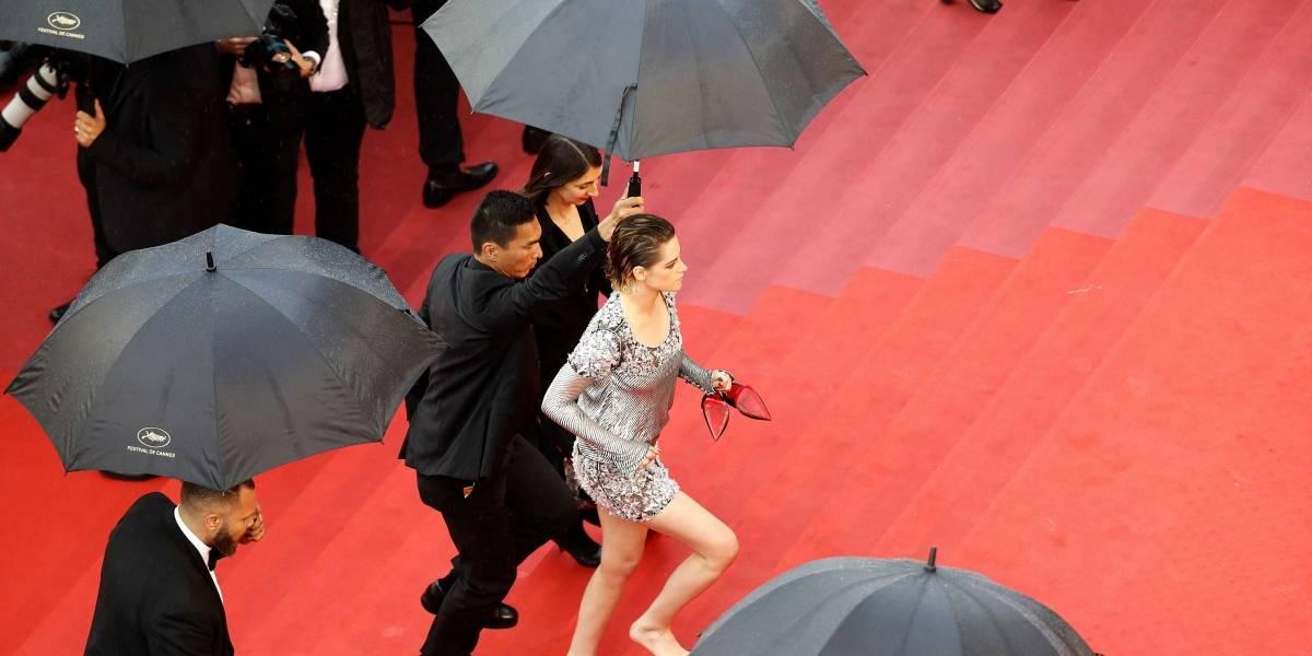 No Festival de Cannes, Kristen Stewart tira sapatos no meio do tapete vermelho