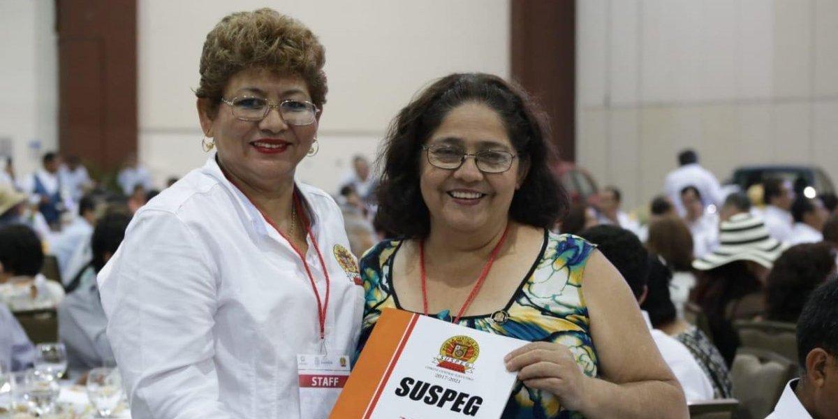 Astudillo Flores entrega reconocimiento a docentes