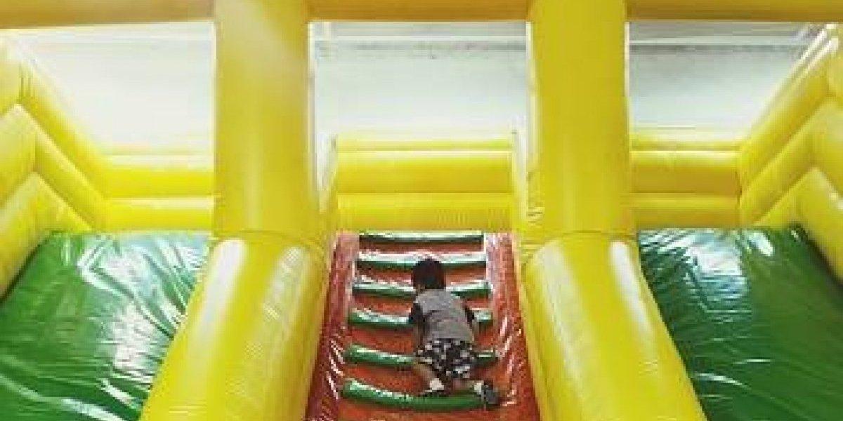 Arrendaron castillo inflable por el cumpleaños de su hijo y todo terminó en tragedia por el viento: juguete voló hasta la carretera con un niño adentro