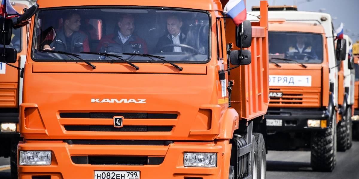 Manejando un camión, Putin inaugura el puente que une Crimea con Rusia